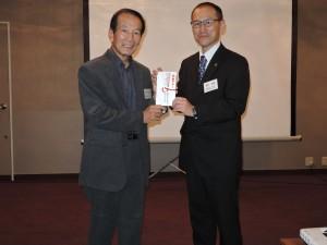 野村教授へ石井志部長から目録贈呈